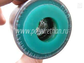 На внутреннюю поверхность полиуретанового слоя cайлентблока наносится смазка.